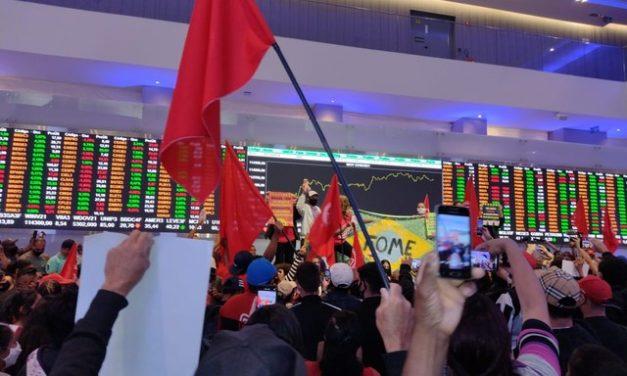 Movimentos sociais ocupam Bolsa de Valores, em SP, em protesto contra desemprego e inflação
