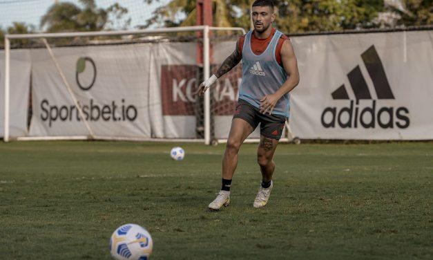 Arrascaeta e Filipe Luís vão a campo, treinam com bola e iniciam transição física para voltar ao Flamengo