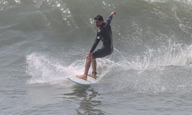De máscara, Cauã Reymond mostra habilidade ao surfar em praia paradisíaca no Rio de Janeiro