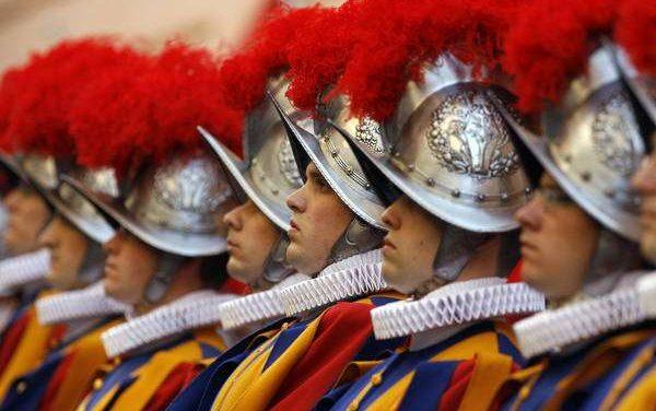 Guardas suíços sem vacina abandonam segurança do Papa