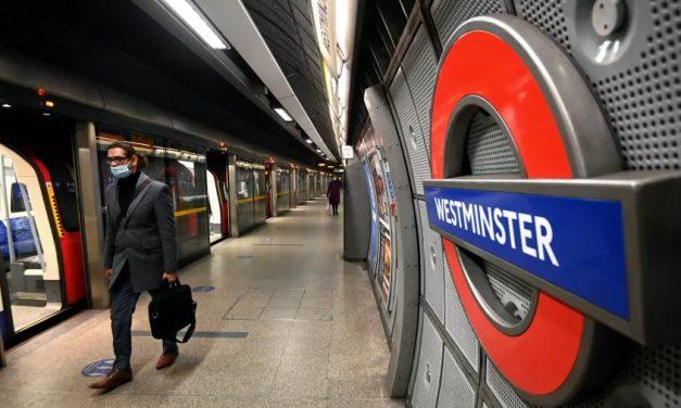 Bombeiros combatem incêndio em estação de metrô próxima à residência de premiê britânico