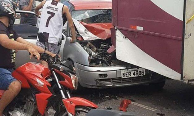 Guincho perde o controle e colide com outros quatro veículos em Ananindeua