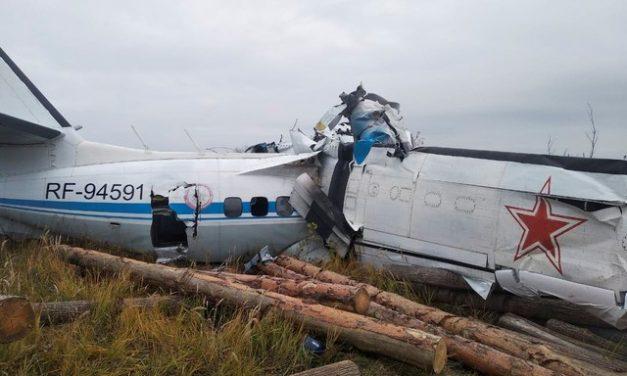 Avião russo cai na cidade de Menzelinsk e deixa mortos e feridos