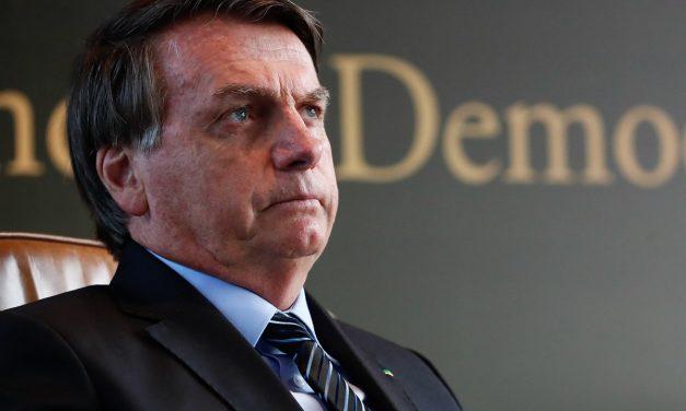 Do absorvente aos despejos, Bolsonaro tem histórico de vetos contra pobres