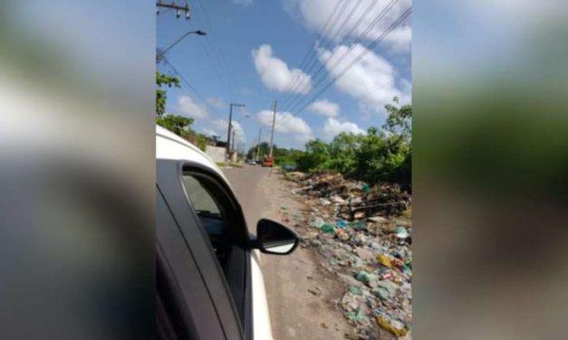 Empresa descarta lixo urbano em acostamento de rua em Ananindeua
