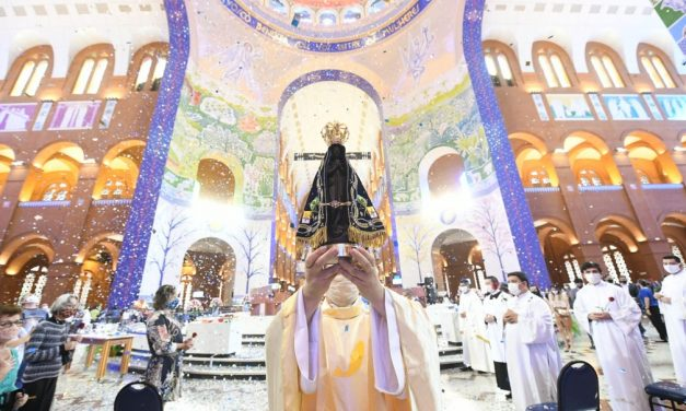Com missas presenciais e protocolos contra a Covid-19, fiéis celebram a Padroeira do Brasil na Basílica de Aparecida, SP