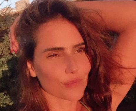 Deborah Secco posa de biquíni para tomar sol : 'Bom dia'
