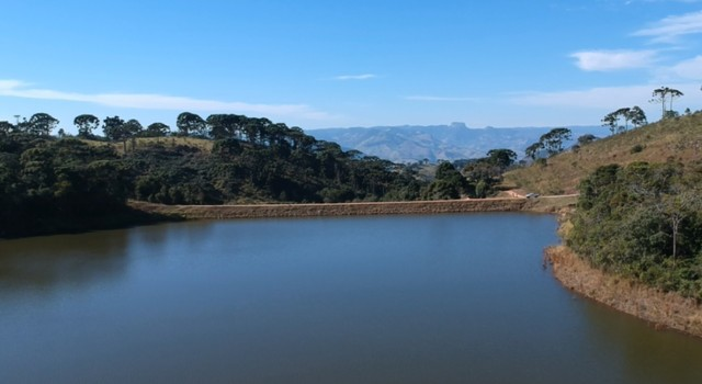 Prefeitura tenta esvaziar parte de represa para diminuir risco de rompimento de barragem em MG