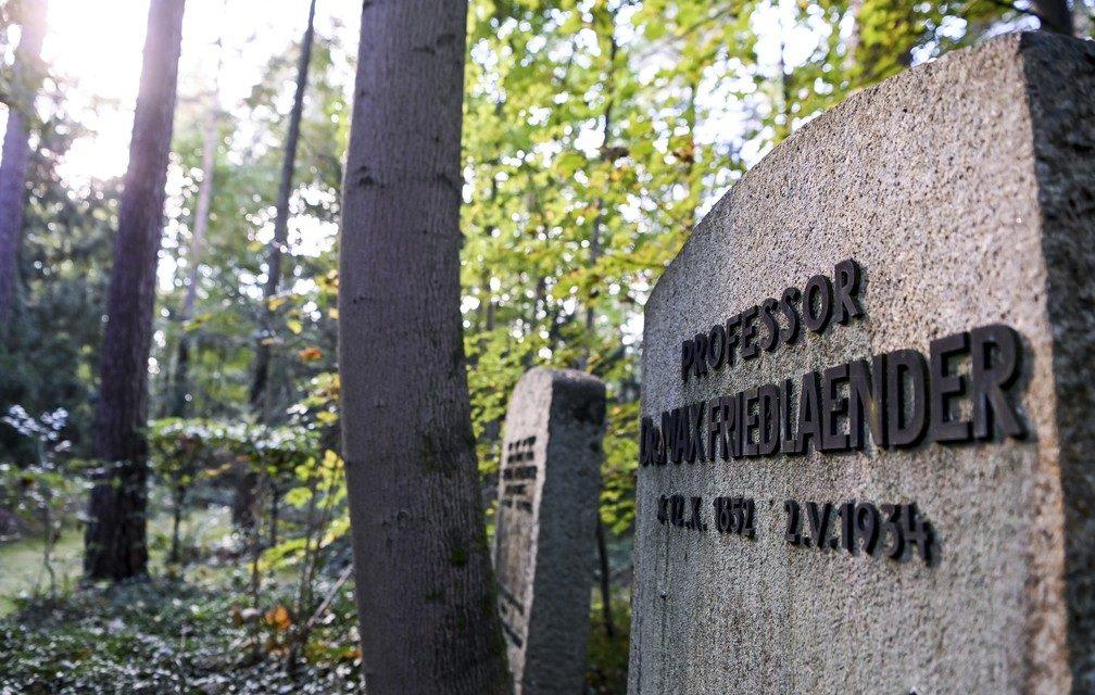 Corpo de neonazista é enterrado em antigo túmulo de musicólogo judeu na Alemanha