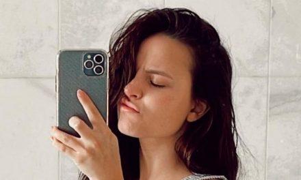 Larissa Manoela aparece de cara limpa e pijama aproveitando folga das gravações de 'Além da Ilusão'
