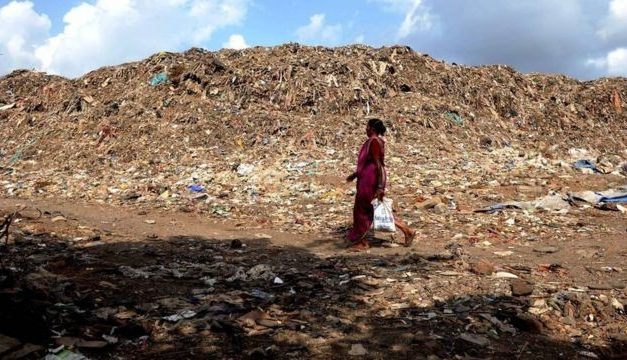 Montanha de lixo com '18 andares de altura' garante sobrevivência de pobres na Índia