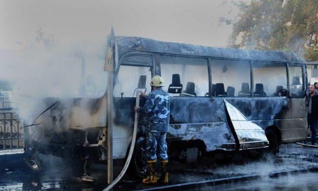 Explosão destrói ônibus e mata 13 na Síria