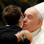 Garoto é recebido por Francisco, insiste bastante e ganha chapéu igual ao do papa