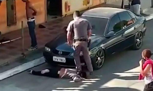 Vítima de violência policial, mulher negra pisada no pescoço por PM é denunciada por quatro crimes em SP