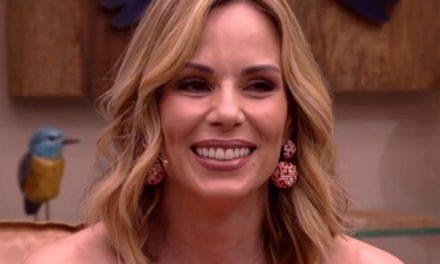 """Ana Furtado chora ao receber flor que representa luta contra o câncer: """"Exemplo dessa luta"""""""